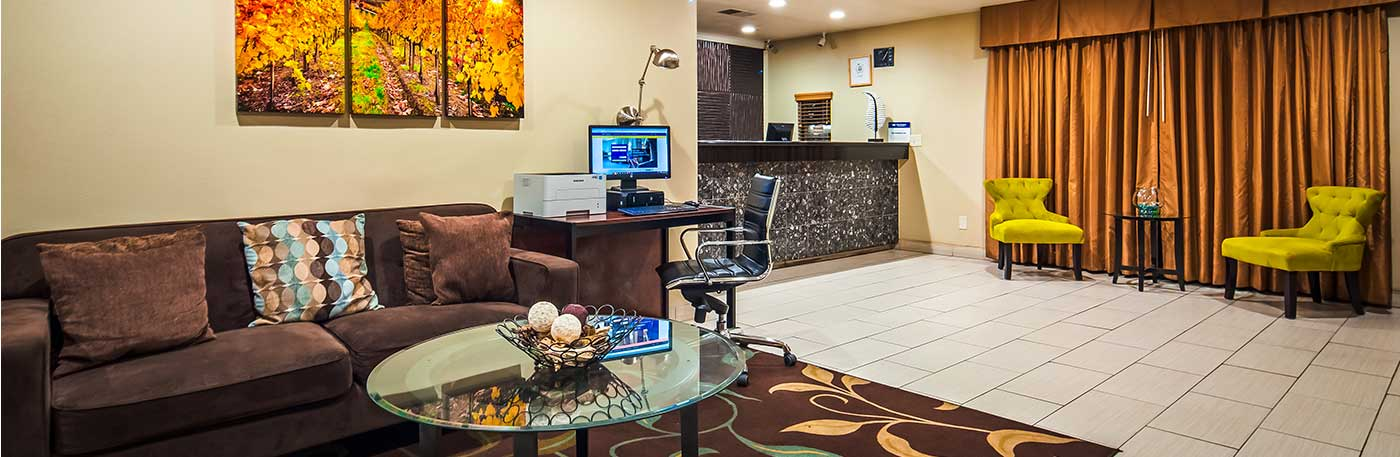 Sitting Area and front desk hotel in vacaville ca